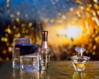 Pachnidło butelki pod jesień deszczem z wodnymi kroplami obrazy royalty free