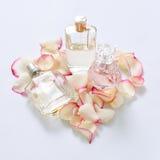 Pachnidło butelki z kwiatów płatkami na lekkim tle Mydlarnia, woni kolekcja Kobiet akcesoria Zdjęcia Royalty Free