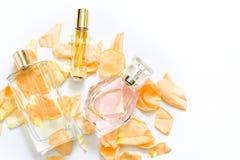 Pachnidło butelki z kwiatów płatkami na lekkim tle Mydlarnia, woni kolekcja Kobiet akcesoria Zdjęcie Stock