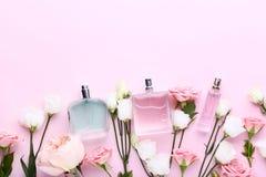 Pachnidło butelki z kwiatami fotografia stock