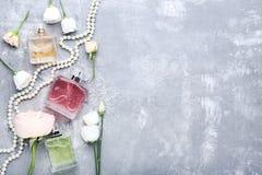 Pachnidło butelki z kwiatami zdjęcia royalty free