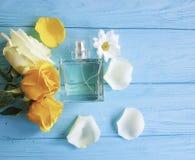 Pachnidło esenci aromata butelka z żółtych róż dekoracją na drewnianym tle fotografia royalty free