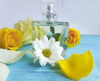 Pachnidło esenci butelka z żółtymi różami na drewnianym tle fotografia royalty free