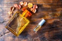 Pachnidło i pachnidło butelki na drewnianym tle zdjęcie stock