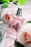 Pachnidło menchii i butelki róże fotografia royalty free