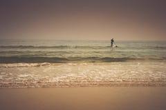 Paciencia - persona que practica surf de la puesta del sol Fotografía de archivo