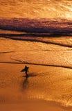 Paciencia - persona que practica surf de la puesta del sol Foto de archivo libre de regalías