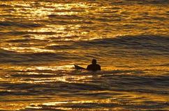 Paciencia - persona que practica surf de la puesta del sol Fotografía de archivo libre de regalías