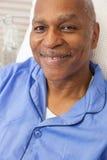 Paciente afro-americano superior na cama de hospital fotos de stock