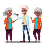 Paciente afroamericano negro de la mujer mayor del doctor Giving Glasses To del oculista con vector del problema de Vision Histor libre illustration