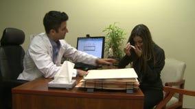 Paciente apenado comodidades del doctor almacen de metraje de vídeo
