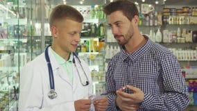 Paciente asesor del doctor sobre píldoras fotos de archivo libres de regalías
