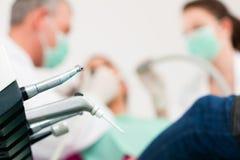 Paciente com dentista - tratamento dental imagens de stock