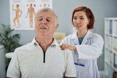 Paciente com dor nas costas imagem de stock royalty free