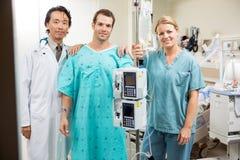 Paciente com doutor And Nurse Standing pela máquina Imagens de Stock