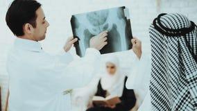 Paciente com o filme de raio X árabe do doutor Holding imagem de stock