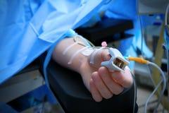 Paciente com o oxymeter do pulso na sala de operações Imagens de Stock Royalty Free