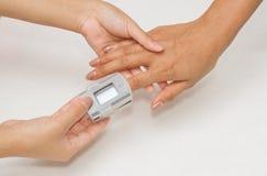 Paciente con el oxímetro del pulso Imagen de archivo libre de regalías