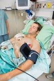 Paciente con Holter Monitor Sleeping In fotografía de archivo
