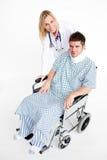 Paciente con una paréntesis de cuello y doctor hermoso Imagen de archivo libre de regalías