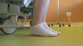 Paciente curado na cama de hospital vídeos de arquivo