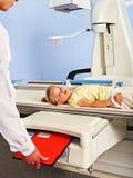 Paciente da criança no quarto do raio X Fotos de Stock Royalty Free