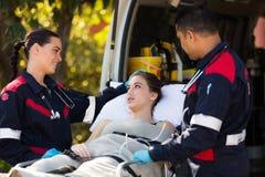 Paciente da equipe do paramédico foto de stock royalty free