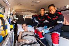 Paciente da equipe do paramédico imagens de stock