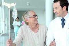 Paciente de ayuda del doctor de sexo masculino imágenes de archivo libres de regalías