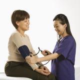 Paciente de exame do doutor. fotografia de stock