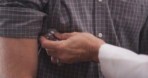 Paciente de exame do doutor com estetoscópio foto de stock royalty free