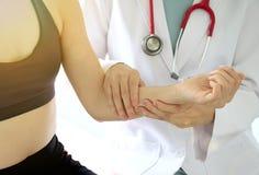 Paciente de examen del doctor, lesiones del ejercicio del deporte imagen de archivo