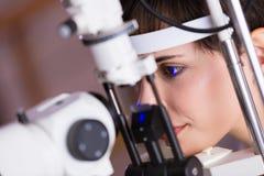 Paciente de examen del optometrista en clínica moderna de la oftalmología foto de archivo libre de regalías