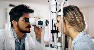 Paciente de examen del optometrista en clínica moderna de la oftalmología imagenes de archivo