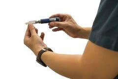 Paciente de la diabetes de los hombres que usa la inyección de la insulina en el fondo blanco foto de archivo