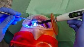 Paciente de la muchacha en cl?nica dental fotografía de archivo