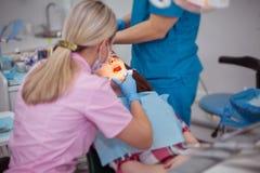 Paciente de la muchacha en una recepción en el dentista imagen de archivo libre de regalías