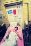 Paciente de la mujer de Asia con intravenoso salino y x28; iv& x29; goteo Fotografía de archivo libre de regalías