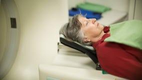 Paciente de la mujer mayor en la exploración de la tomografía axial automatizada (CAT) Enfermo de cáncer de examen con el CT Dete Fotos de archivo