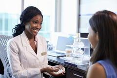 Paciente de Meeting With Female del consultor de la cirugía del pecho fotografía de archivo libre de regalías