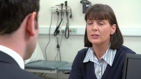 Paciente de Meeting With Female del consultor en oficina almacen de video