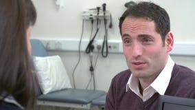 Paciente de Meeting With Male del consultor en oficina almacen de video
