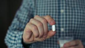 Paciente de ofrecimiento del hombre una píldora metrajes