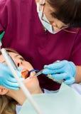 Paciente de trabajo del dentista fotografía de archivo libre de regalías