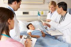 Paciente de visita da criança da equipa médica Fotos de Stock Royalty Free
