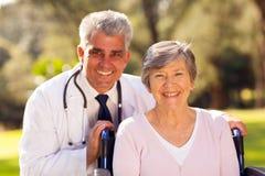 Paciente del doctor al aire libre imágenes de archivo libres de regalías