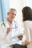 Paciente del doctor Communicating With Female foto de archivo libre de regalías