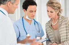 Paciente del doctor And Nurse With en hospital fotografía de archivo