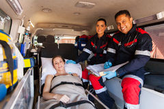 Paciente del equipo del paramédico Imagenes de archivo