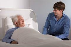 Paciente del hospicio con un cuidador Imágenes de archivo libres de regalías